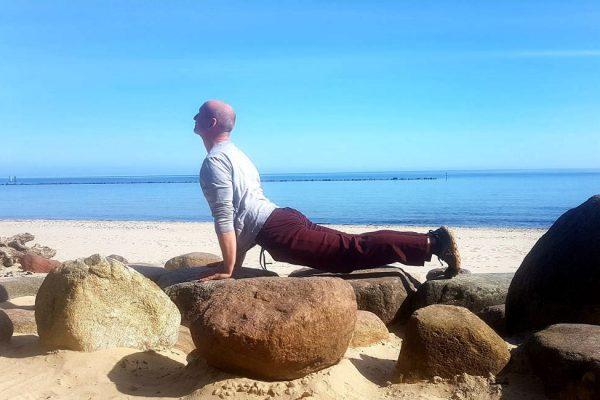 kobra-yogastellung-am-strand-in-sellin-insel-ruegen