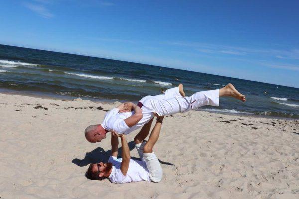akro-yoga-am-meer-baaber-strand-insel-ruegen