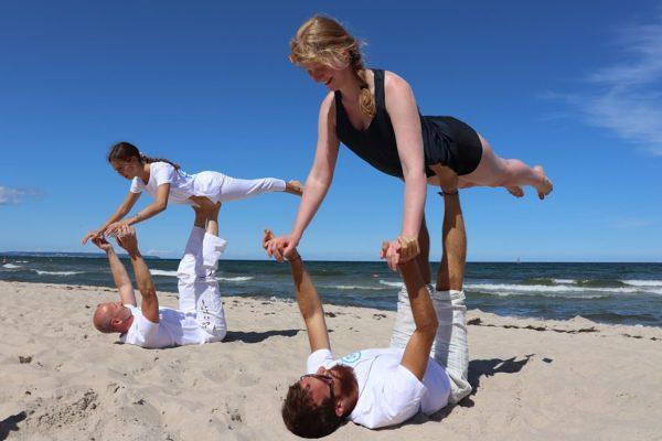 akro-yoga-am-strand-der-insel-ruegen