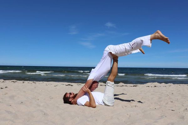 akro-yoga-ostsee-strand-baabe-auf-ruegen
