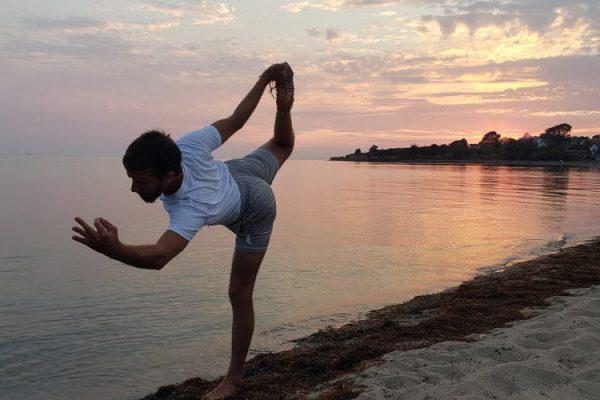 israelischer-yogalehrer-auf-der-insel-ruegen