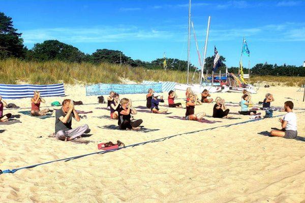 yoga-am-ostseestrand-von-baabe-insel-ruegen