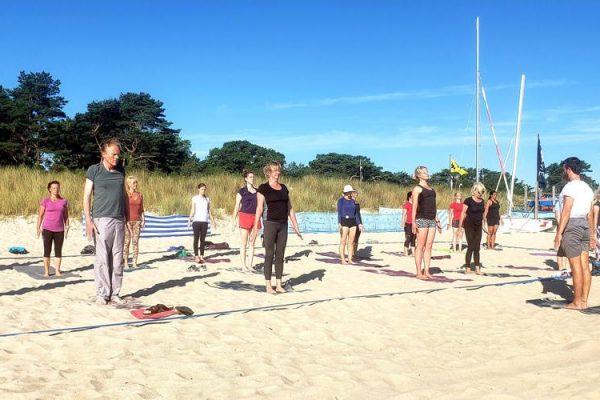 yoga-auf-ruegen-am-strand-vom-ostseebad-baabe