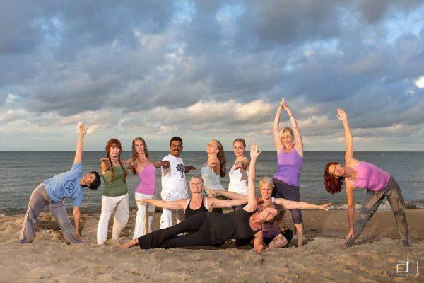 yoga-gruppe-am-strand-von-baabe-auf-ruegen