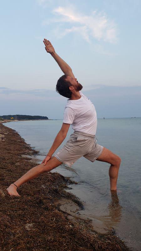 yoga-uebung-am-wasser-auf-ruegen