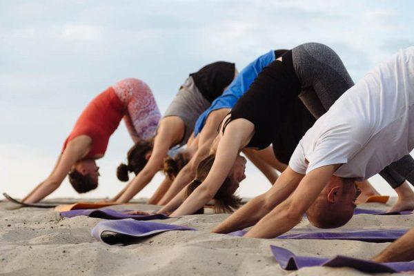 yoga-uebungen-am-ostseestrand-auf-ruegen